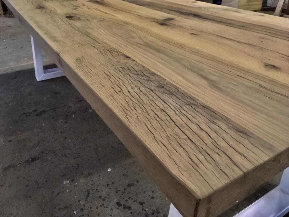 Oud eiken tafel met industriële poten