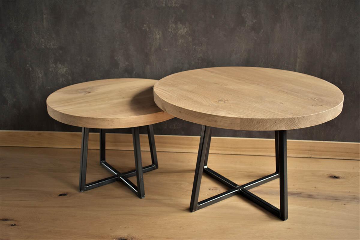 Ronde eiken salontafel met industrieel platte kruis onderstel