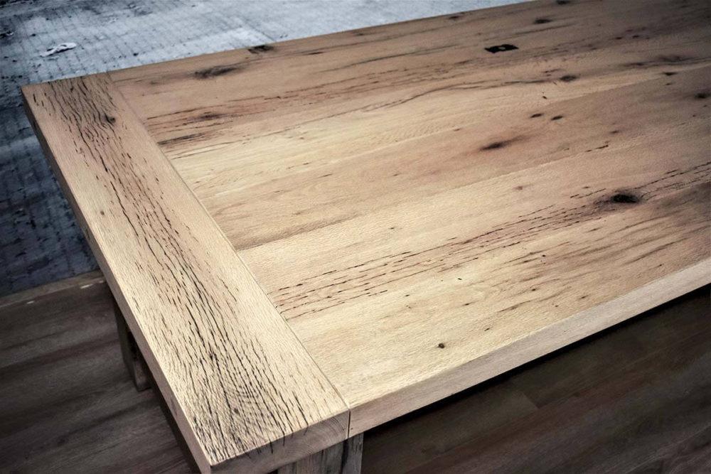 Oud eiken tafelblad met duidelijke nerf-structuur