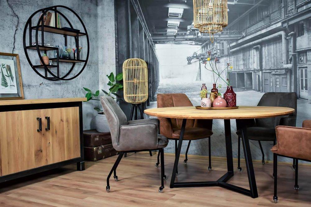 Industrieel design Showroom met ronde eiken tafel van hout en staal