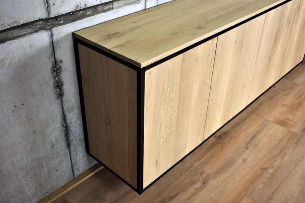 Detailfoto van hout en metaal van dressoirkast