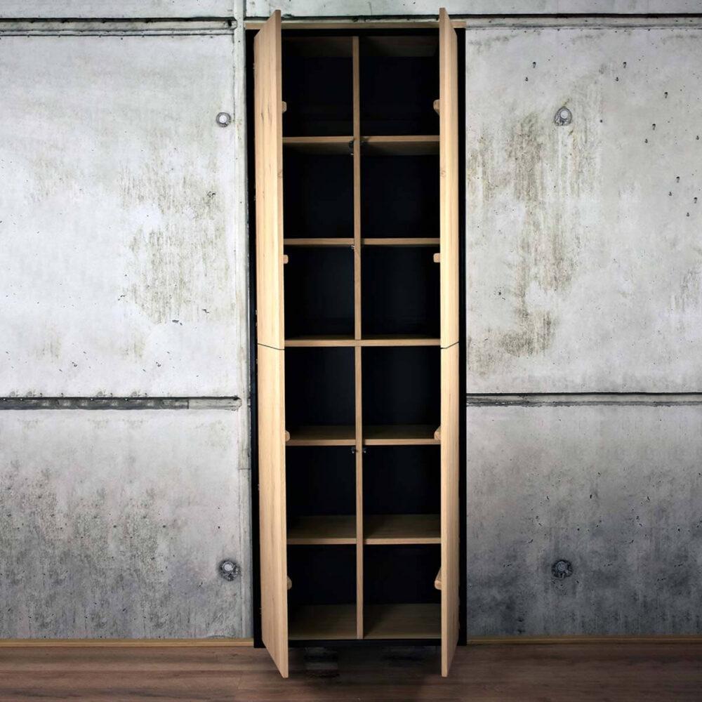 Wandkast met deurtjes open
