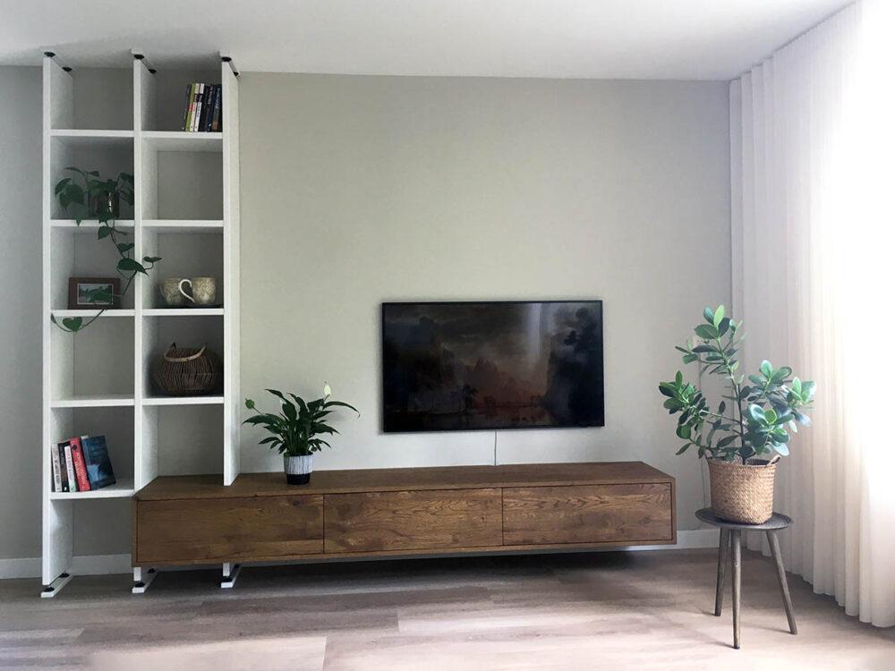 Donkere eiken TV meubel met witte boekenkast