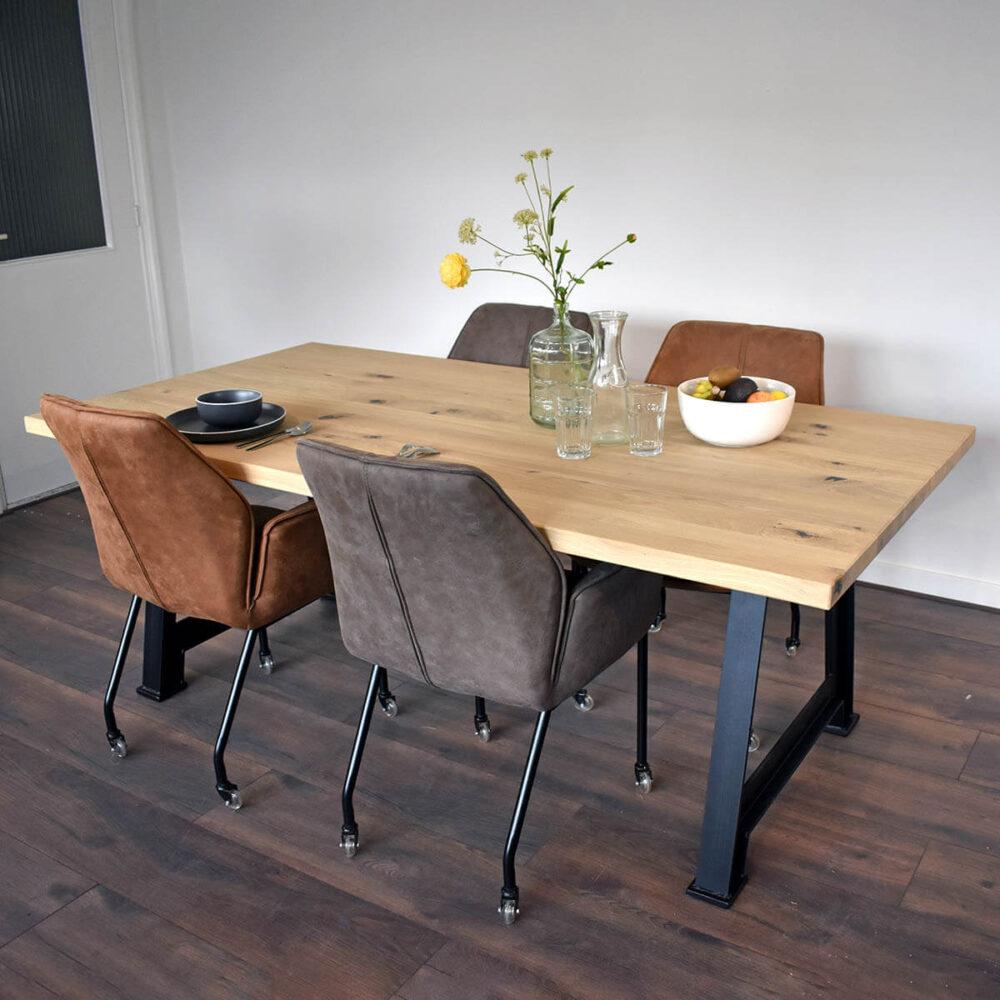 Eiken tafel met stalen draaibank onderstel